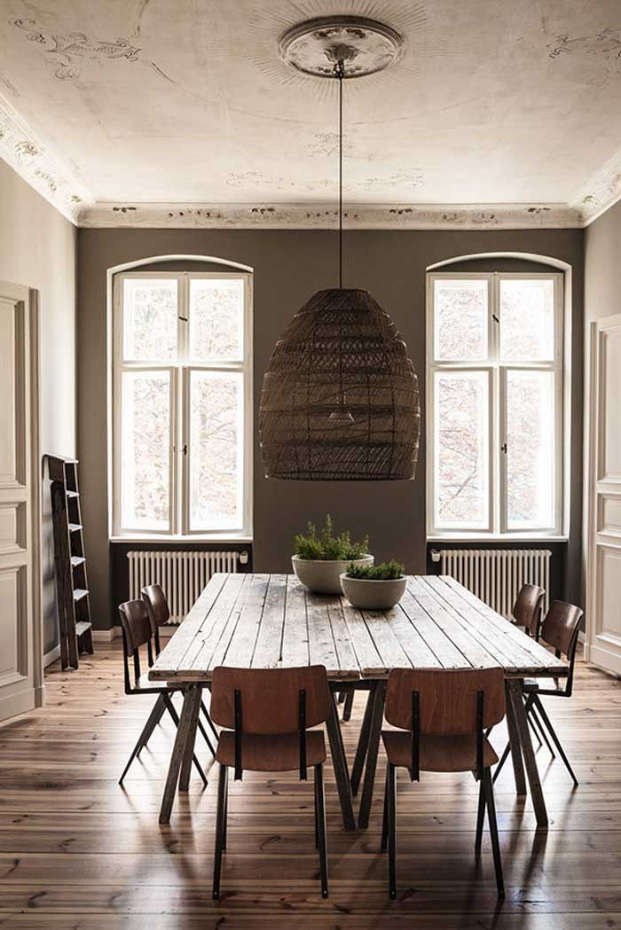 Comedor con mesa madera y lámpara rafia y techo con molduras