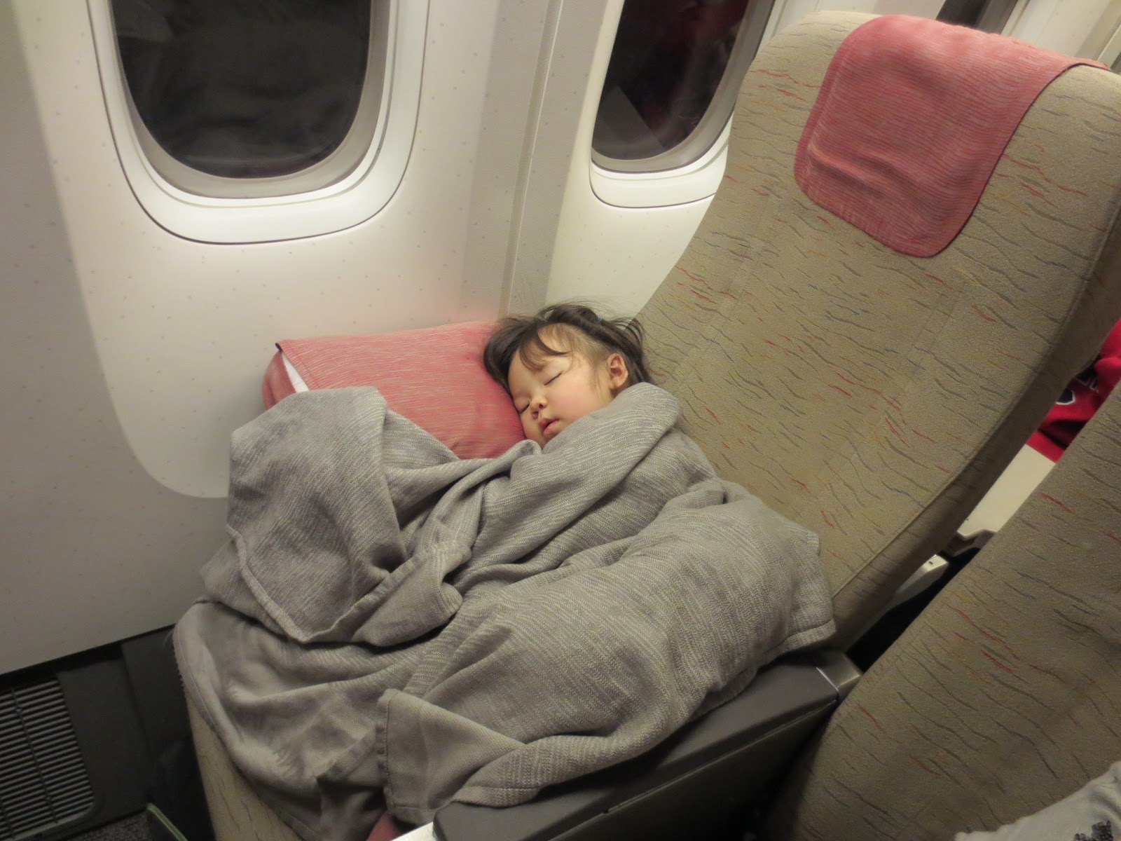 how to make a toddler sleep on an airplane