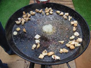 frying 3 fideua www.paellafromvalencia.com