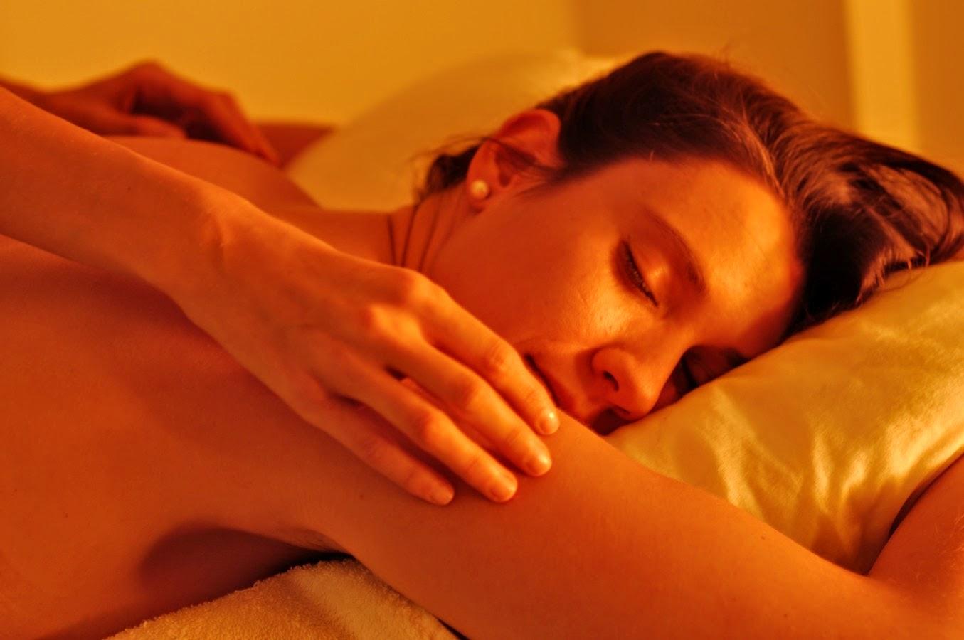 Cosquillearte y disfruta de las cosquillas relajantes de manos expertas