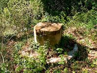 Les restes que queden de l'antiga creu de terme de la parròquia de Vespella