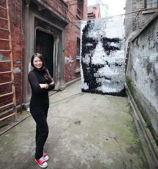 Lukisan Raksasa Dari Kaus Kaki Berbentuk Wajah [ www.BlogApaAja.com ]