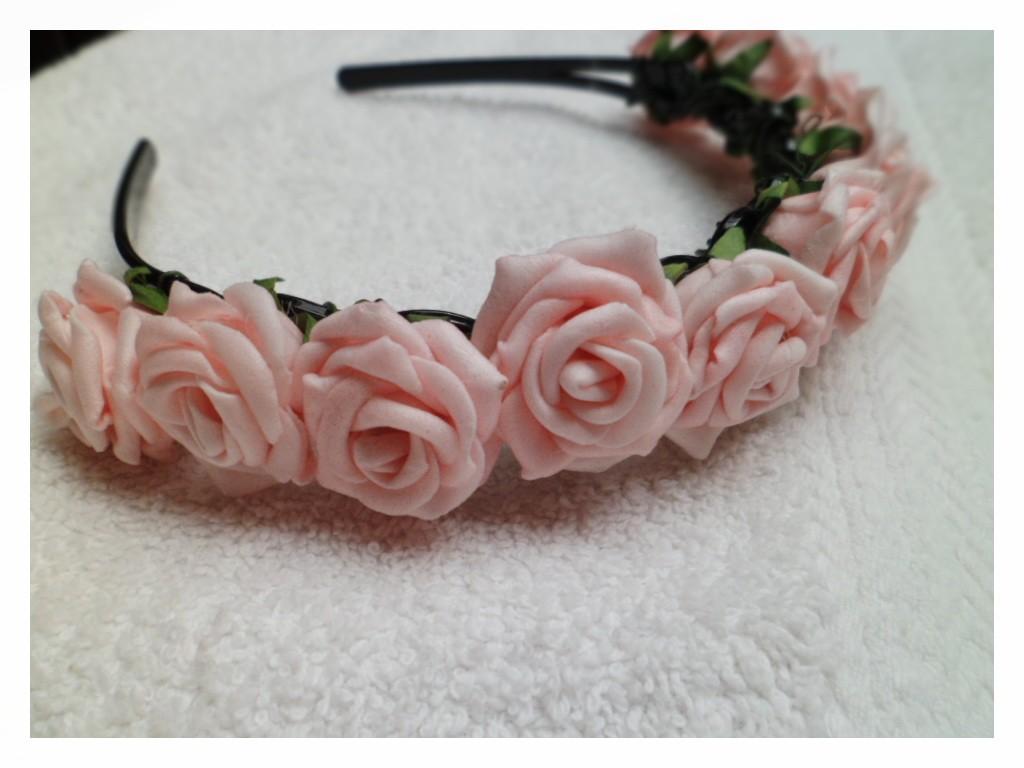 plus simple, jai pris un serre tête ajouré et d es petites fleurs ...