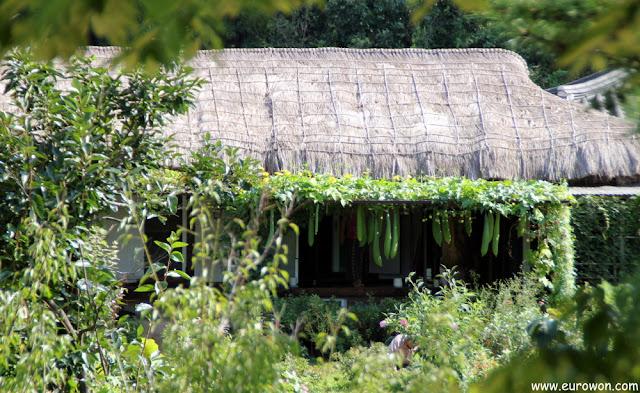 Hanok con el tejado de paja en Museom