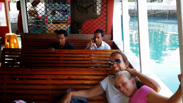 Los Ferrys de Las Maldivas cuentan con una pequeña tiendecita (al fondo) donde adquirir bebidas y snacks
