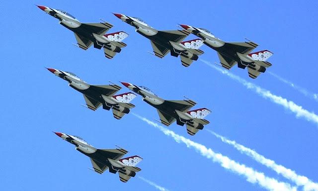 Gambar Pesawat Tempur F-16 Fighting Falcon Akrobat