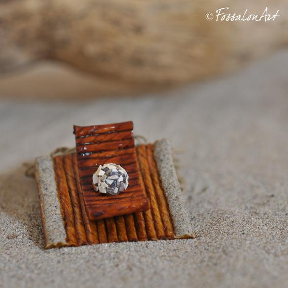 Ciondolo realizzato interamente a mano, in corda, sabbia e frammenti di conchiglie