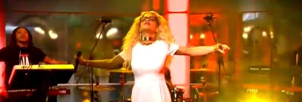 Rita Ora canta em programa de TV australiano a música Radioactive