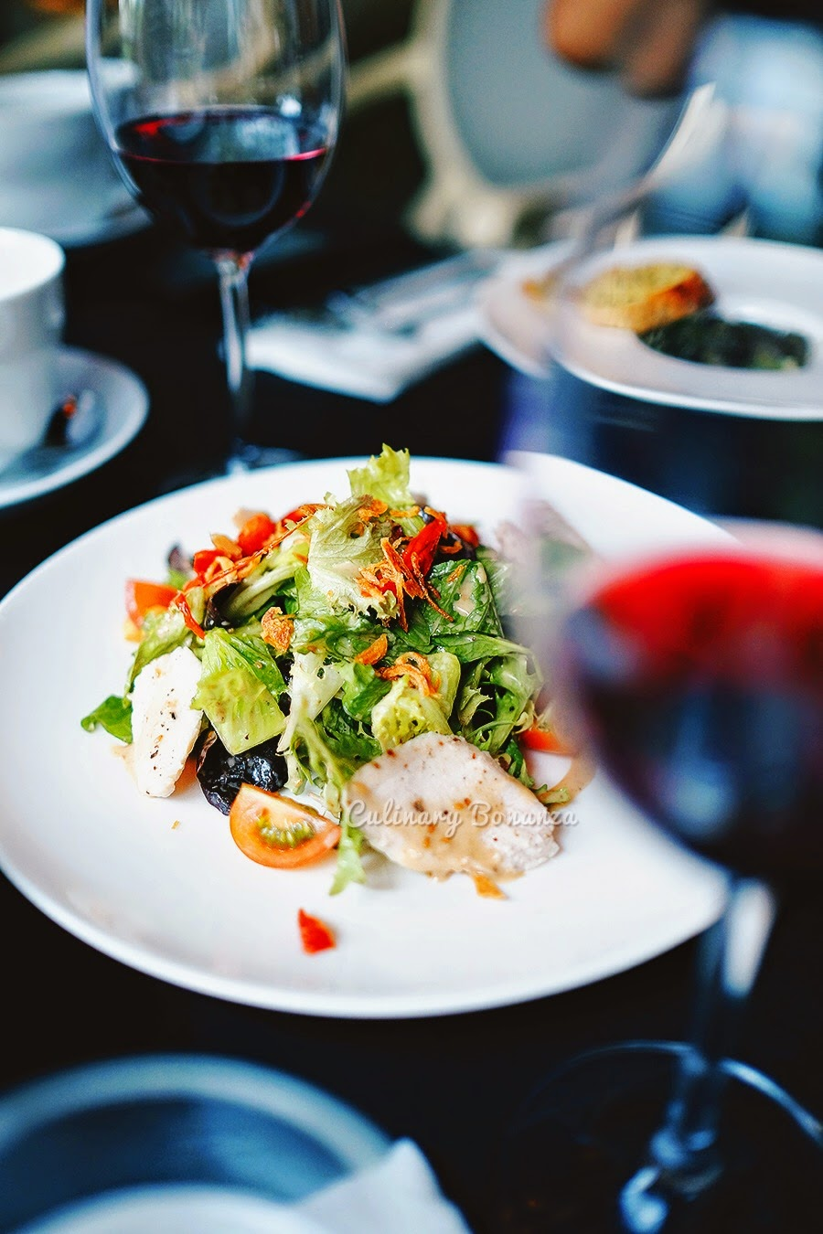 Salade Avec Moi - fresh mesclun, roasted tomatoes, grilled chicken & Avec Moi house dressing.