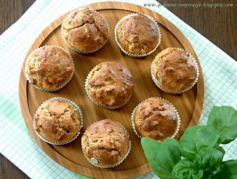 Pełnoziarniste muffinki z mąki żytniej i graham razowej z bazylią, imbirem i płatkami migdałowymi. FIT.