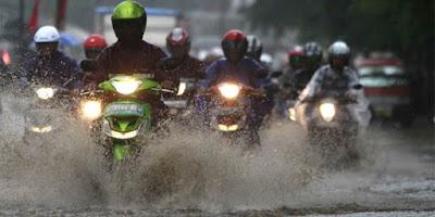 Tips Mengendarai Motor Saat Sedang Hujan Deras