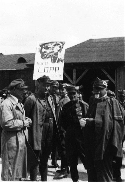 Opoczno (?) Przedstawiciele koneckiego Sokoła przed defiladą. Po prawej stronie dr Feliks Zbrożek. Fotografia z początku lat trzydziestych XX wieku. Fot. z kolekcji KW