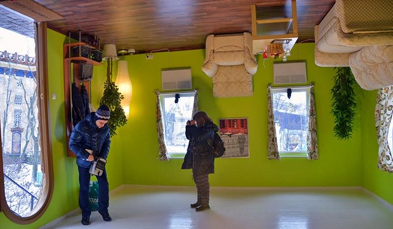 Stimme russlands im allrussischen ausstellungszentrum wwz in moskau ist ein verrücktes haus errichtet worden der umgedrehte raum ist eine wahre