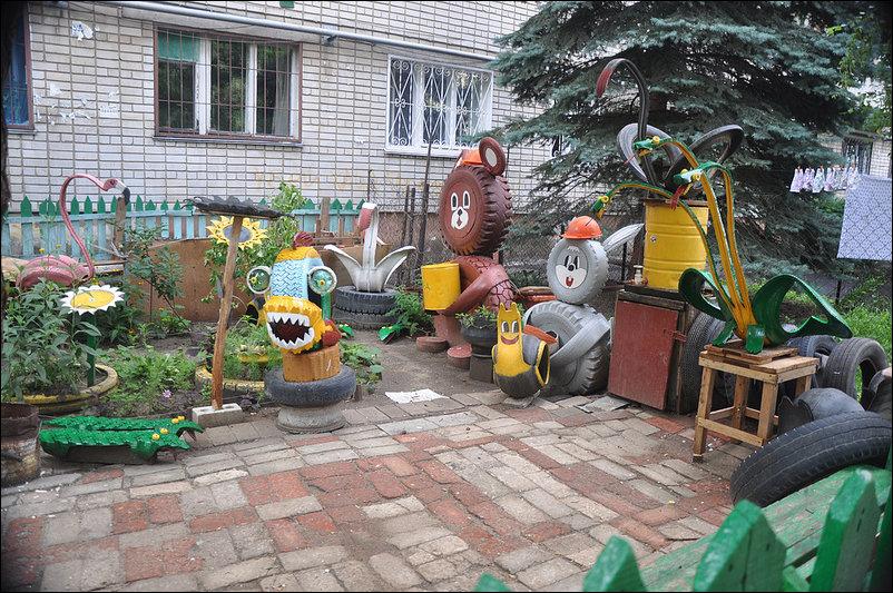 Игрушки во дворе своими