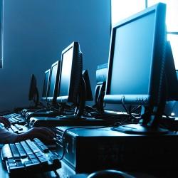 ordinateurs dans une salle informatique