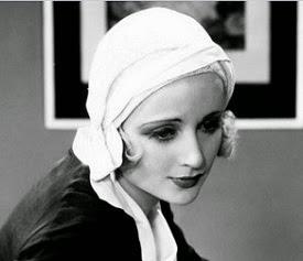 Carole, preciosa, con un gorrito muy original