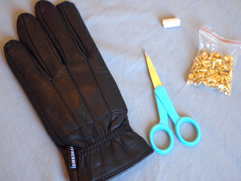 Black leather gloves meaning -