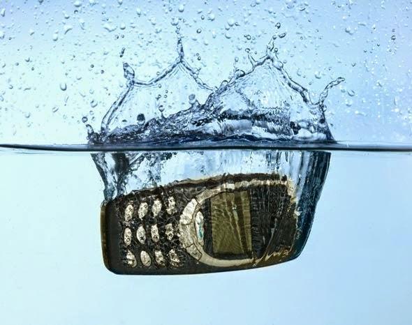 Tips Cerdas Menyelamatkan HP Yang Terendam Air