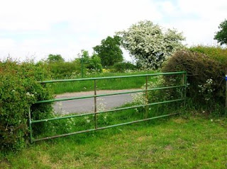 Geocaching around Twycross - Locked gate preventing footpath access