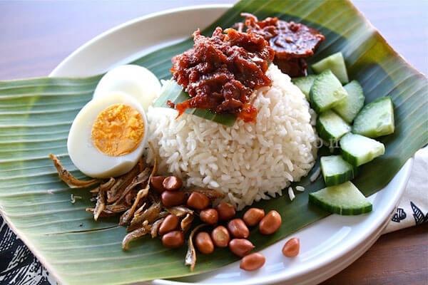 リアウ諸島州のNASI DAGANG(商売ご飯)の料理