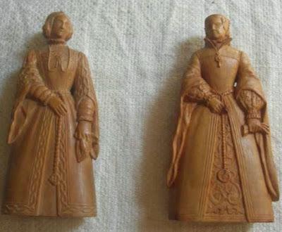 Las reinas blancas del primer y segundo juego de ajedrez tallados por Manuel Tobella
