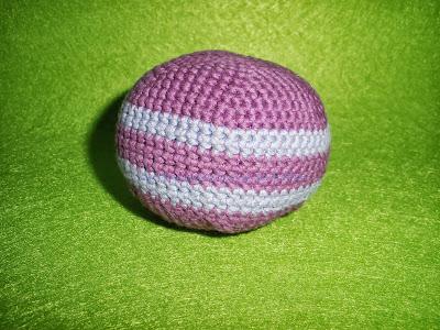 pelota realizada en crochet con DMC Natura