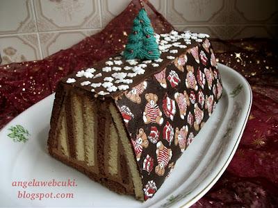 Hamis Tátra torta recept, egy karácsonyi sütemény, ami hópehely cukorral és macis transzferfóliával van díszítve.
