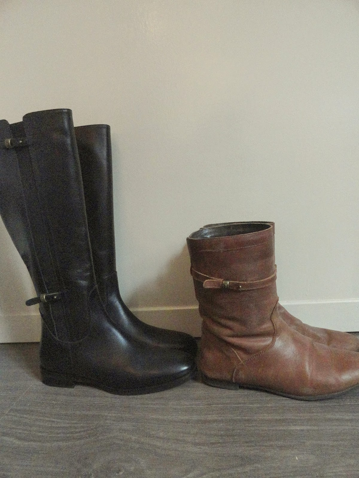 Clothes & Dreams: These boots are made for walking (shoplog): Black knee-high River Woods boots and brown River Woods boots