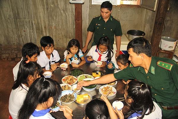 Gia Lai: Bếp cơm bộ đội nuôi trò nghèo vùng biên