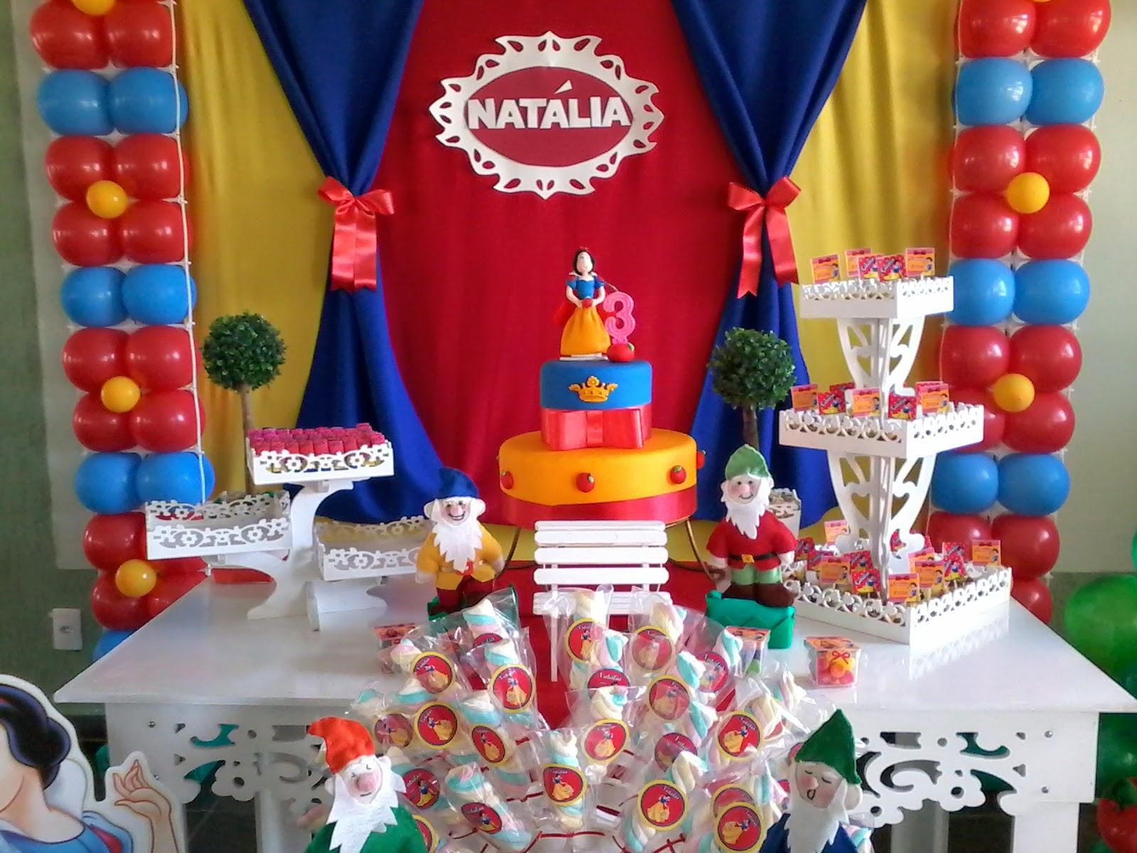 decoracao festa infantil branca de neve provencal : decoracao festa infantil branca de neve provencal:são pirulitos, gominhas, mashemelow, chocolates que juntos ao bolo