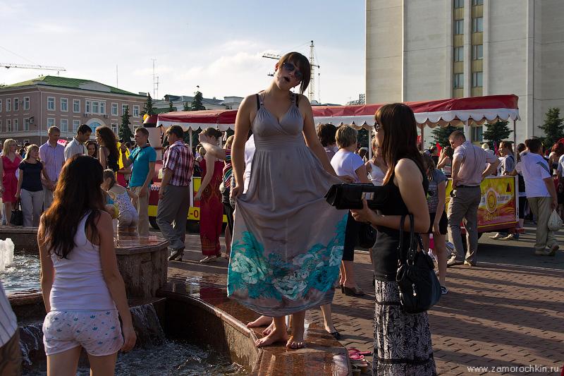 Купальщица позирует у фонтана