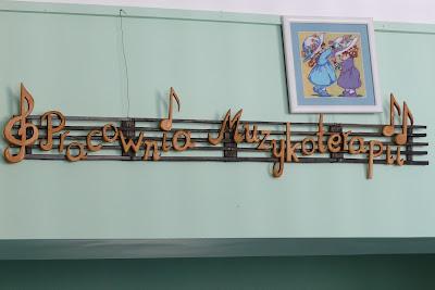 Szyld reklamowy z drewna, malowany szyld drewniany, drewniane literki.