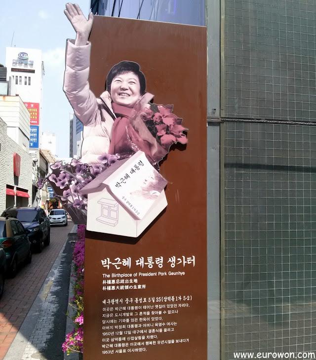 Cartel que informa de que la presidenta surcoreana Park Geun-hye nació en el centro de Daegu