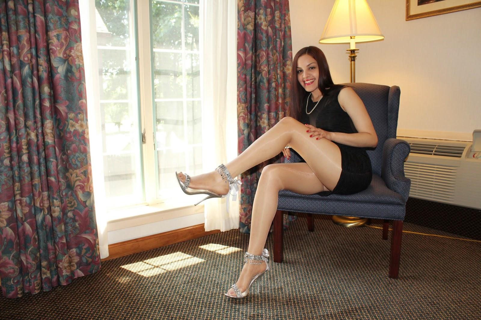 langbeinige nackte Frau stehen in voller Länge