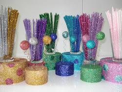 Des bougies, des pics (étoile, ballon, fleur) et des plateaux, tous fabriqués de façon artisanale