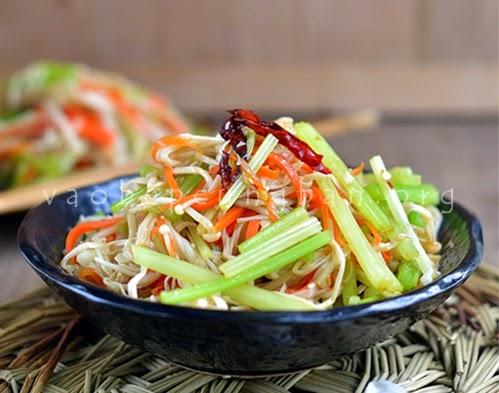 Salad nấm kim châm, cà rốt và cần tây giòn