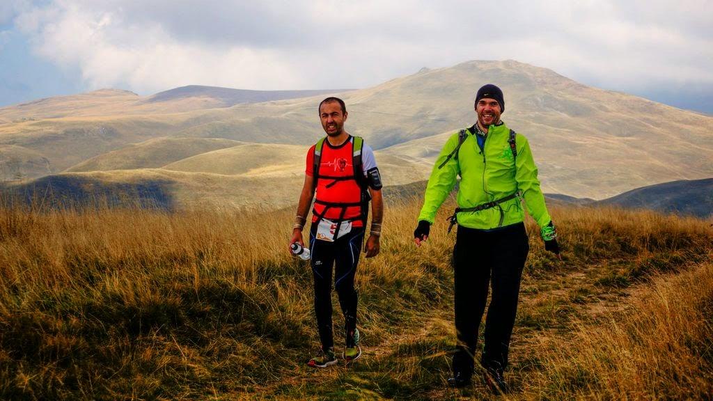 Ciucaş X3, un concurs extraordinar... de greu. Povestea unui alergător de plat printre titani. O nouă excursie la munte. Alergatori din Bucureşti. Omul Verde