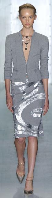Um elegante substituto do preto conjunto saia em cinzento