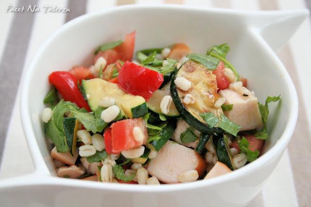 Sałatka z grilowanymi warzywami i piersią kurczaka