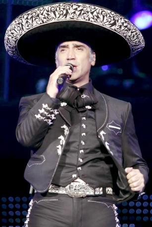 Alejandro Fernández cantando vestido de charro