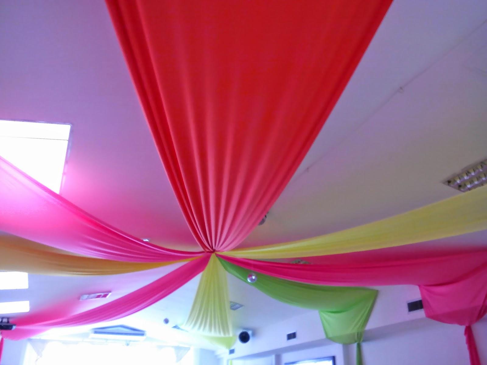 las ultimas tendencias de la moda en cuanto a eventos se refiere es decorar los techos con telas o velos ya sean de varios tonos o un solo color