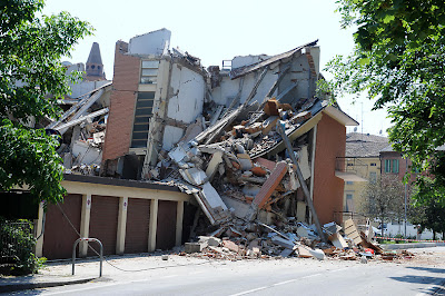 Northern_Italy_aftershocks_May_29_2012_damaged_building_in_Cavezzo