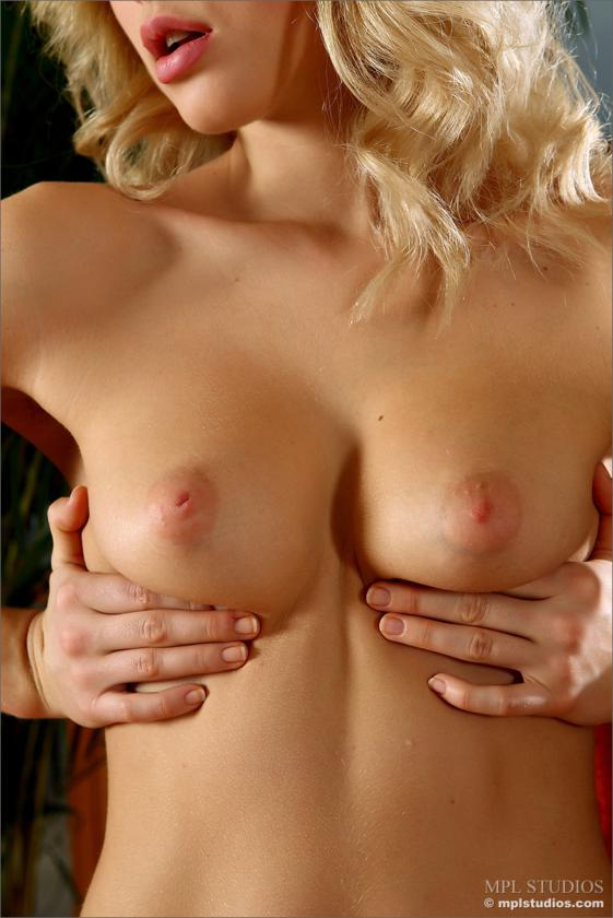 Loira rabuda da xoxota gostosa e de belos peitos nua