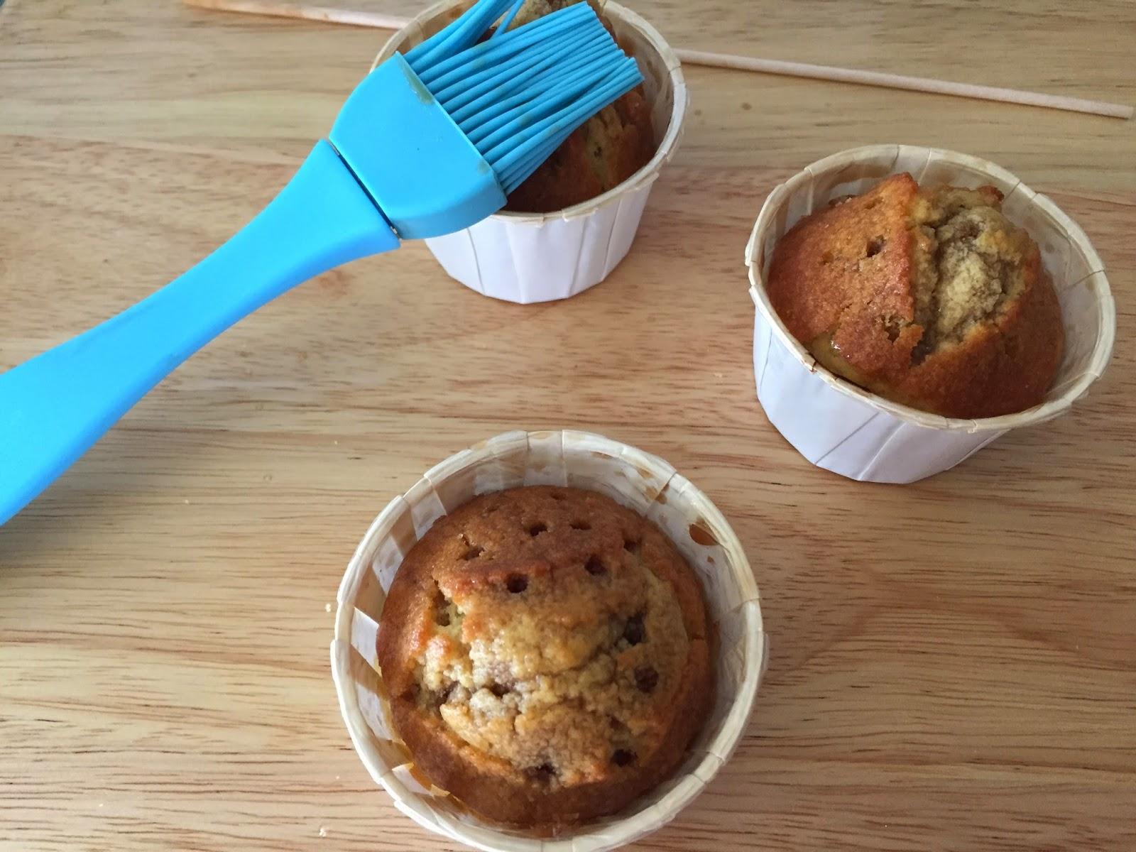 Cupcakes de crema de orujo y Capuccino, bañando los cupcakes.