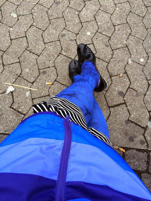 Kaffesoester's legs in old, blue, marble-patterned tights
