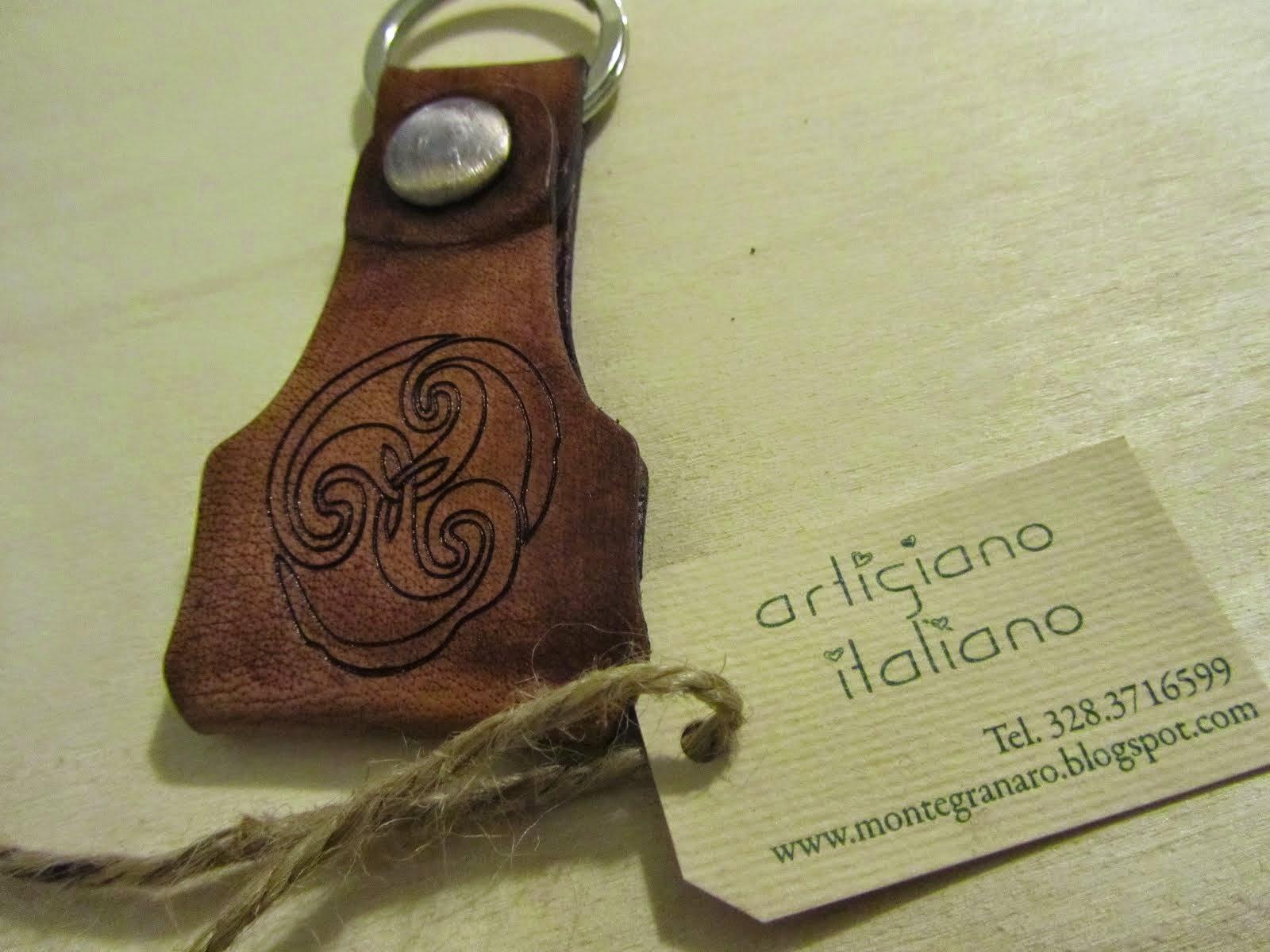 Artigiano Italiano esegue personalizzazione di oggetti in pelle e cuoio