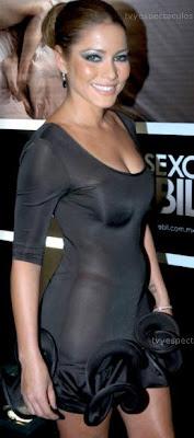 Adriana Fonseca con el cabello recogido y vestido negro
