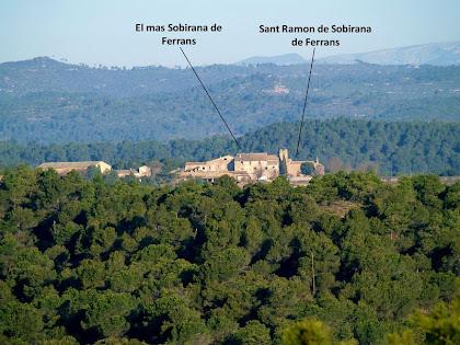 El mas Sobirana de Ferrans amb l'església de Sant Ramon des del Serrat del Maurici