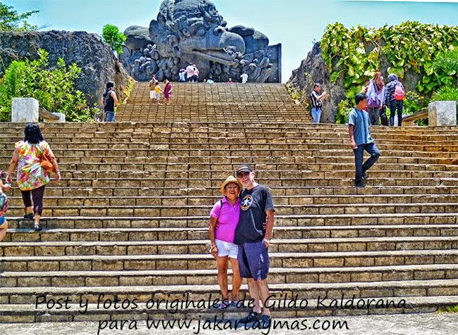 En la escalinata de la Garuda en Bali