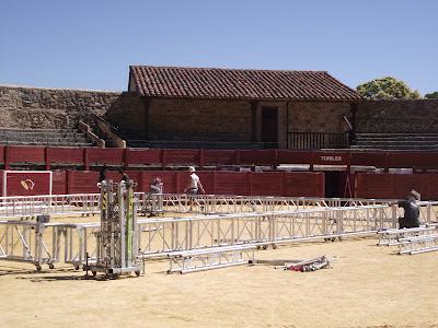 montaje de un espectáculo en la plaza de toros de El Castañar